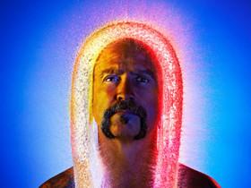 用高速攝影讓大叔們戴上「水假髮」,大叔也能變得很亮眼