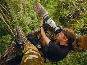不是人幹的生態紀實攝影師,爬樹、射箭、溯溪樣樣都要會