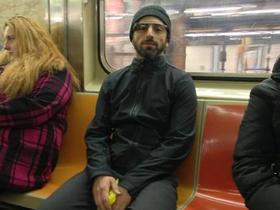 Google 創辦人戴 Google 眼鏡暢遊紐約地鐵,開發版本近期開賣