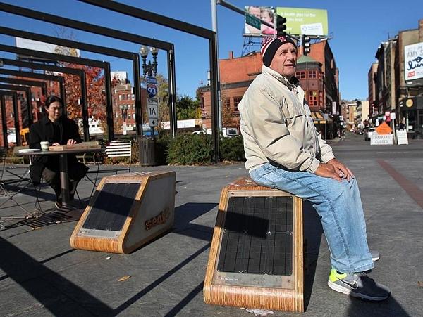 可以幫手機充電,也能讓路人休息一下的太陽能公共座椅 seat-e