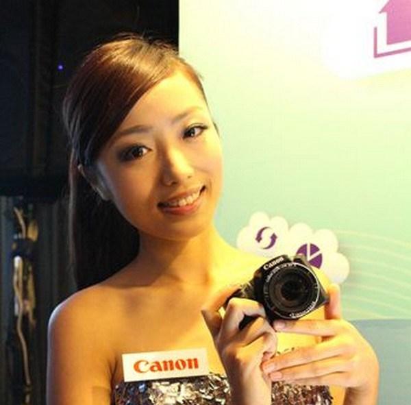 2013資訊月 Canon大吹白色聖誕風  Canon首台白色單眼 EOS 100D聖誕特別版開展日首賣! 代言人張鈞甯化身雪白天使 親手抽出聖誕大禮EOS M