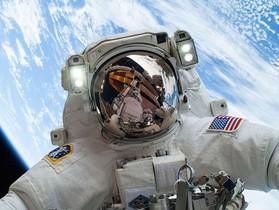 可能是本年度最強的自拍!因為只有太空人才做得到