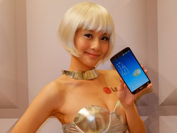 LG G Flex 曲面螢幕手機 1/15 台灣上市,售價新台幣 24,900 元