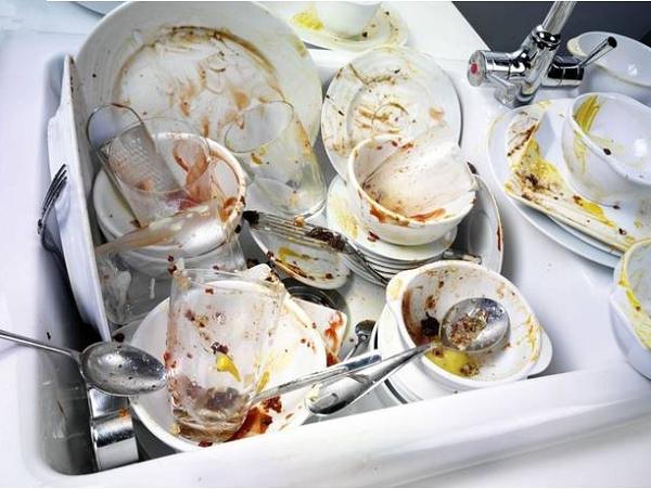 未來,好像不用再擔心洗碗了!瑞典創意設計公司 Tomorrow Machine 正在研發超撥水性免洗碗盤