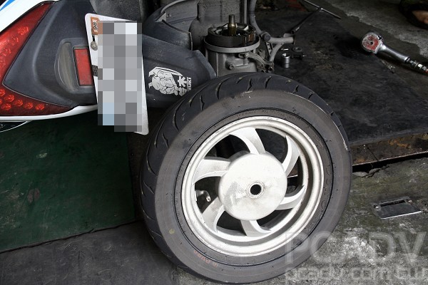 輪胎居然被排氣管吊耳劃了一圈深痕