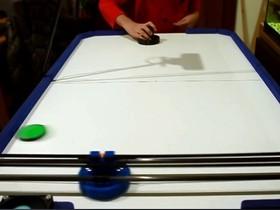 駭客老爸本來要做3D 印表機,為了女兒改造成桌上曲棍球機器人