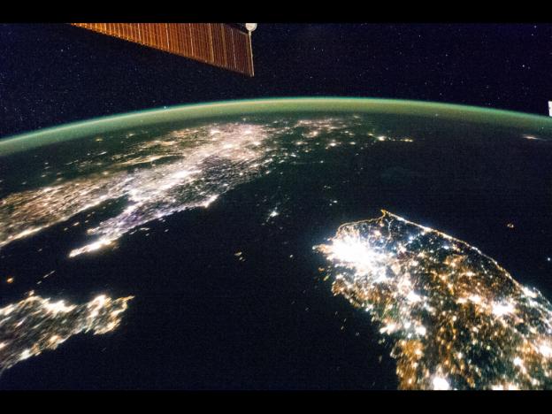 太空中看韓鮮半島,一片黑的北韓相當突兀
