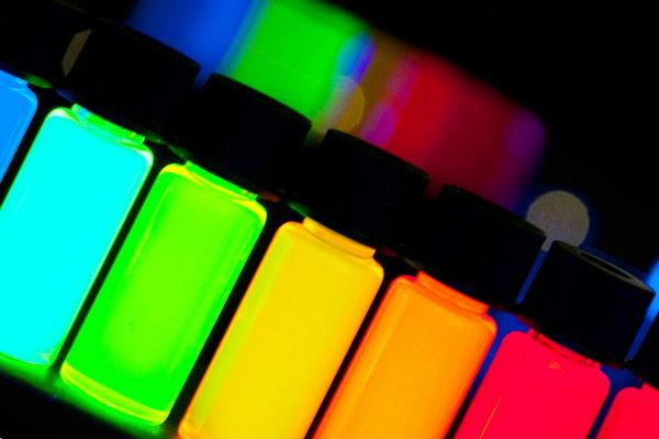 不依靠多色 LED,不同直徑的量子點給你精準的顏色