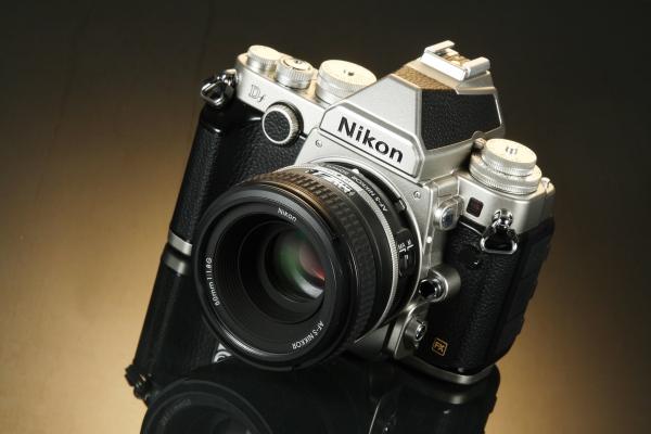 走復古風的全片幅旗艦 Nikon Df