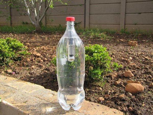 日照8小時,以120流明持續使用40小時!一隻裝在可樂瓶內的太陽能燈泡 Lightie