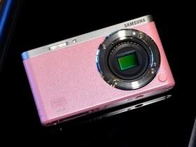 三星NX mini輕巧襲台!9mm ED OIS超廣角鏡頭、180度上掀式3吋觸控螢幕,兩秒眨眼自拍!