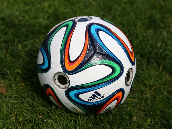 全新角度欣賞足球比賽!Adidas推出內建 6 個鏡頭的足球!