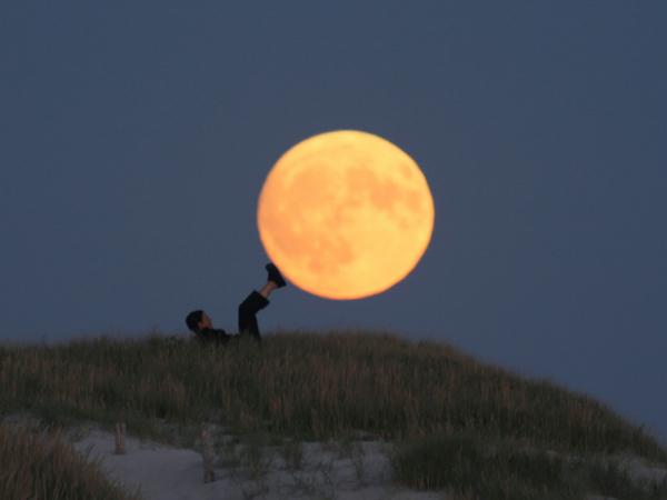 與月亮一同玩耍!神乎其技的望遠鏡頭視覺效果