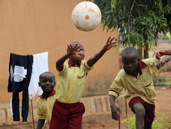 遊戲發電?踢足球也能幫助孩童在夜間讀書