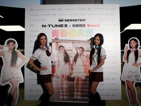 中日混血雙胞胎2*sweet 高校裝扮憶情史、MONSTER N-Tune耳機繽紛代言,一日店長萌樣破錶!