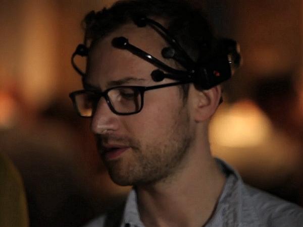 微軟用感應器+耳機為盲人找回「雙眼」