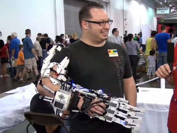 想要嘗試安裝機械手臂嗎?用樂高拼給你