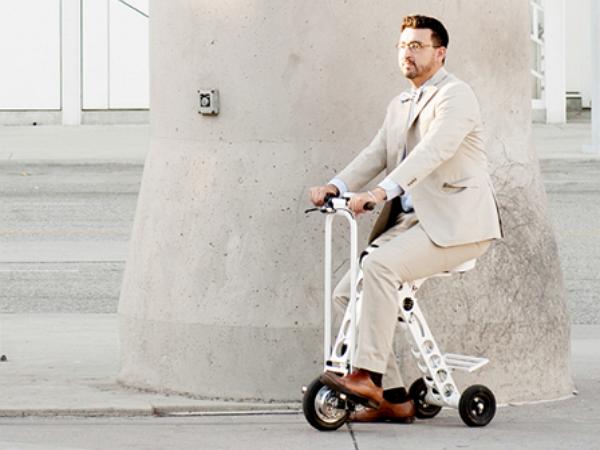 支援智慧APP,可當行李箱拖著走的電動摺疊單車 URB-E