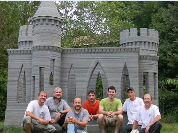 在自家後院用3D列印蓋一座城堡