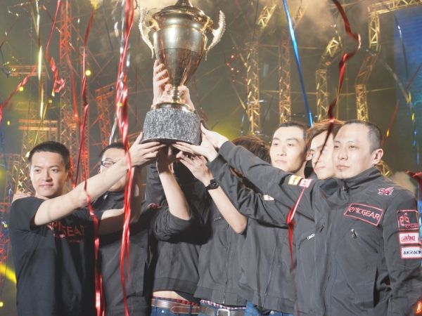 《英雄聯盟》2015 LMS春季總決賽畫下尾聲,ahq力克閃電狼取得台港澳區總冠軍