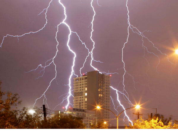 (短片)閃電近距離落在身邊,原來差點被雷打中是這種感覺!