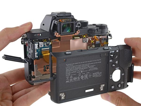 iFixit 把 Sony A7R II 大卸八塊,評估易修程度只有 4 分