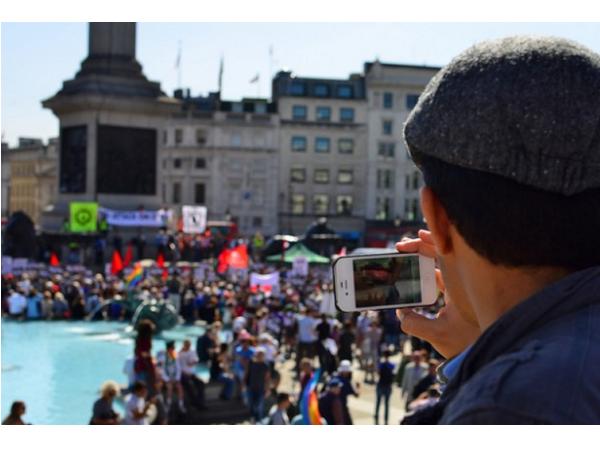 敘利亞難民上歐陸第一件事:買 SIM 卡、為手機充電