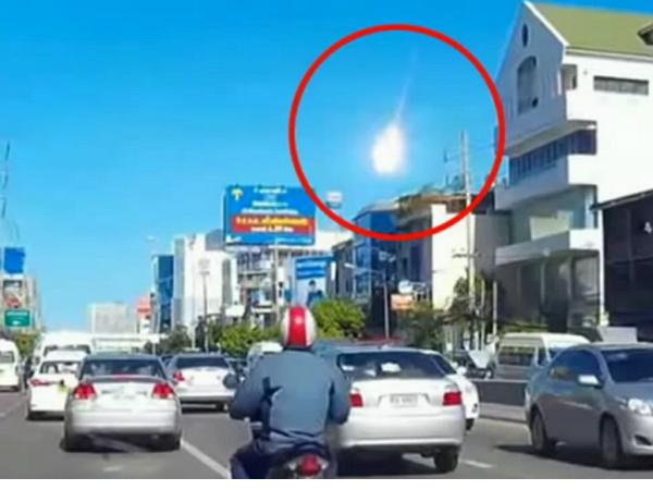 曼谷晴空現火球,多部行車記錄器影片大集合還原真相