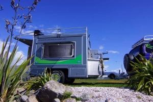 超輕巧太陽能露營拖車!