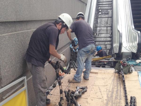 長知識!捷運世貿/101站外電扶梯拆開後,原來裡面長這樣!