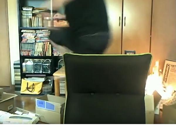 日本男子直播中點火柴,意外記錄下他怎麼把整間屋子燒起來
