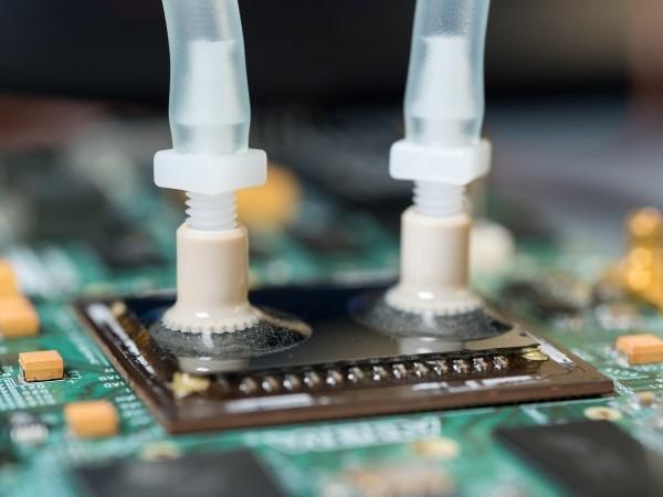 新研究將水直接灌在晶片上,散熱更有效率!