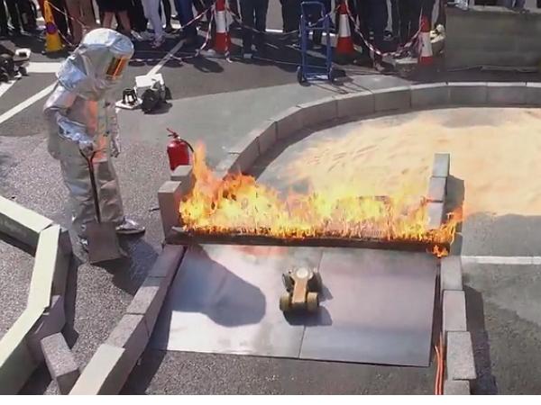 Dyson 的年度工程師挑戰賽:需要下火海、被水淋的變態級紙製遙控車大賽