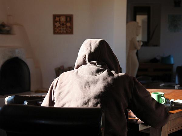 為了找出那個在網上誹謗自己的人,他用了 4 年的時間、花了3.5 萬美元