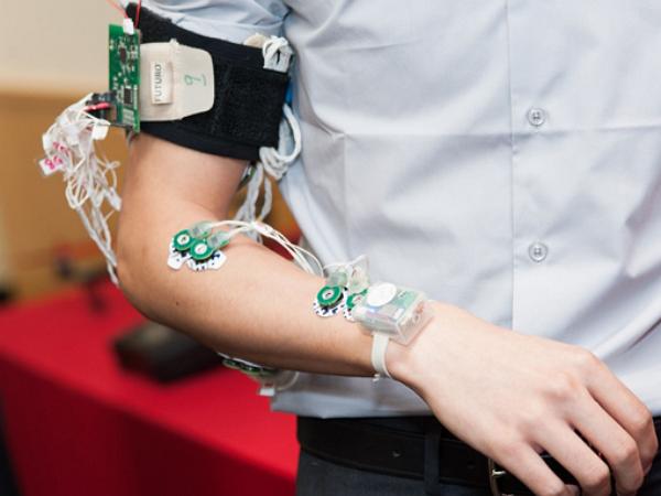 手語革命! 穿戴裝置讓瘖啞人士也能輕鬆溝通