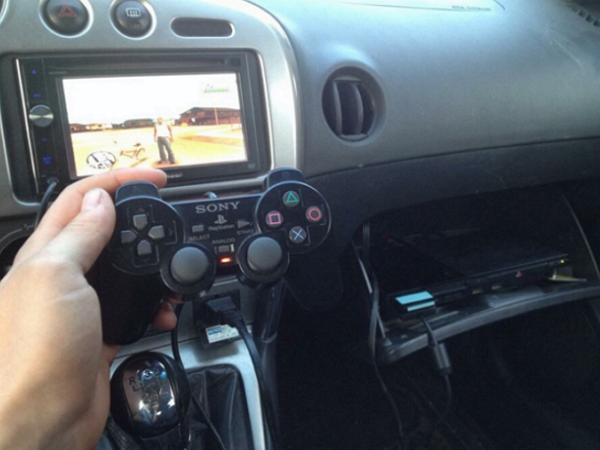 外國網友把PS2 裝到車上,變成「行動遊戲機」!