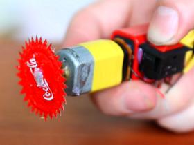 自己的電鋸自己做,只要一個可樂瓶蓋以及小馬達就能搞定