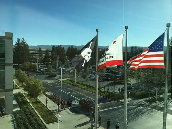 「寧做海盜不做海軍」慶祝公司誕生 40 周年,Apple總部再次掛出海盜旗