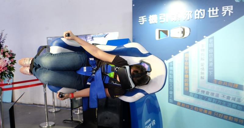 三星 Gear VR 4D 體驗椅現身松菸文創,真的有頭下腳上的旋轉體驗