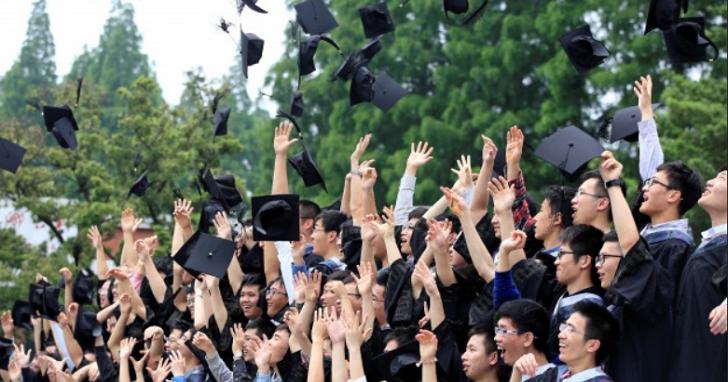 大學畢業生薪資倒退 16 年前,加上通膨差更多