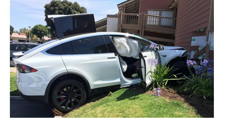 Tesla 電動車意外撞牆:車主質疑自動駕駛出問題,特斯拉拿出Log數據顯示全程為手動駕駛