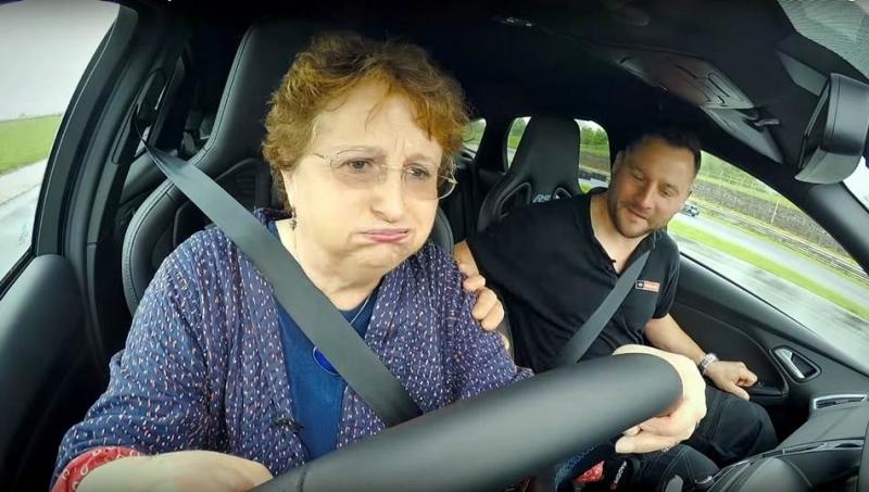 老奶奶展示好身手,「鋼砲王」Ford Focus RS變身「飄移過彎」教學工具車!