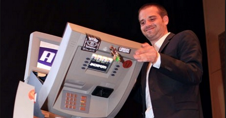 這個白帽駭客曾在眾人面前示範如何入侵讓 ATM 吐鈔,當初他用了哪些方法?