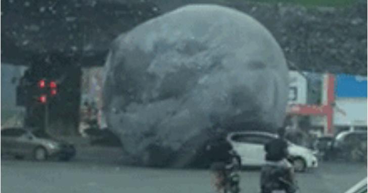 另類中秋?最強颱風莫蘭蒂還沒登陸中國,就在福州把「月球」吹上街碾壓多部人車