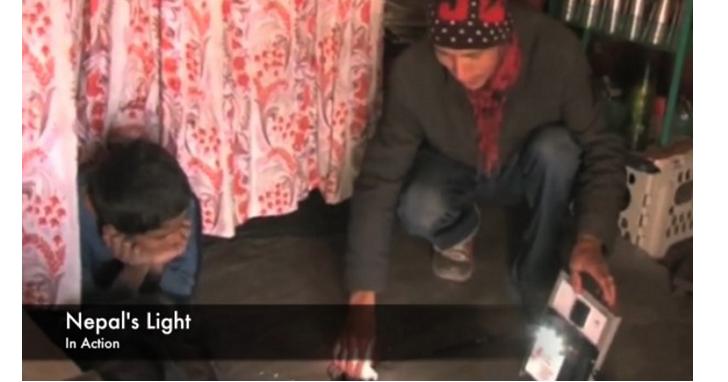 為了幫助災民度過缺乏電力的長夜,這位青年發動募資希望每戶災民都有太陽能充電燈具