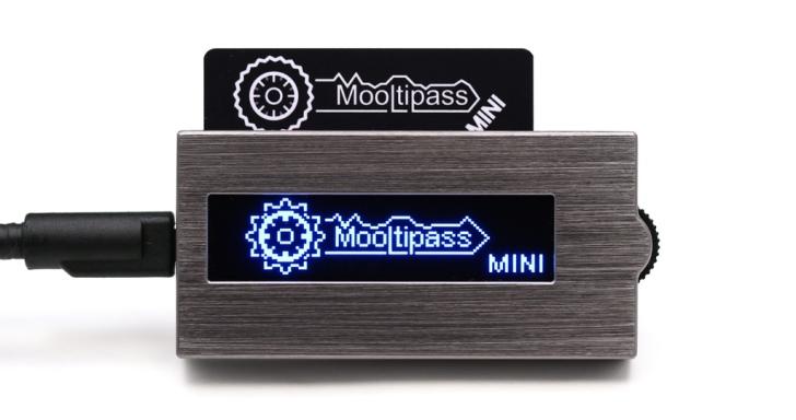 外觀有如隨身聽的Mooltipass Mini,安全管理所有裝置的密碼