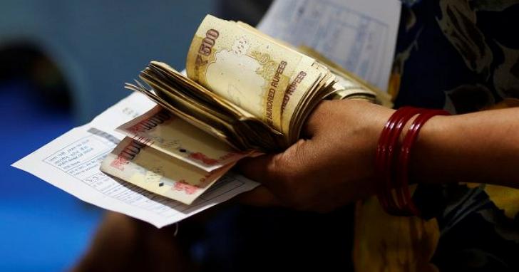 印度總理莫迪為了逼黑金現形,將最高面額的 1,000 盧比與 500 盧比鈔票作廢