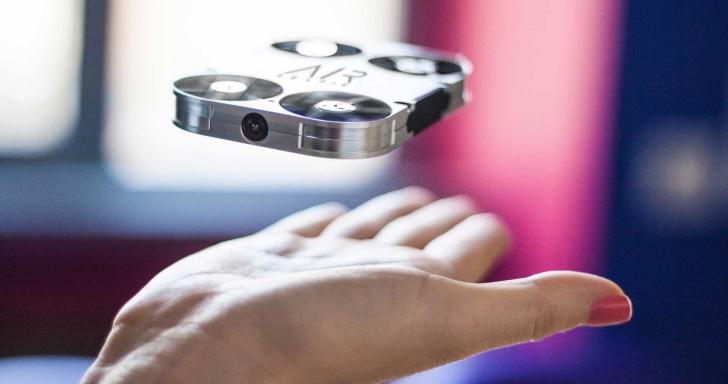 可以收納於手機背蓋的超級自拍神器AirSelfie,居然是台無人機