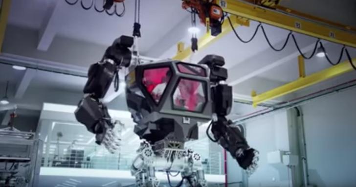 美國MegaBots還在吹他們把電鋸裝到機器人手上時,南韓這個團隊做出了阿凡達中的載人機甲機器人