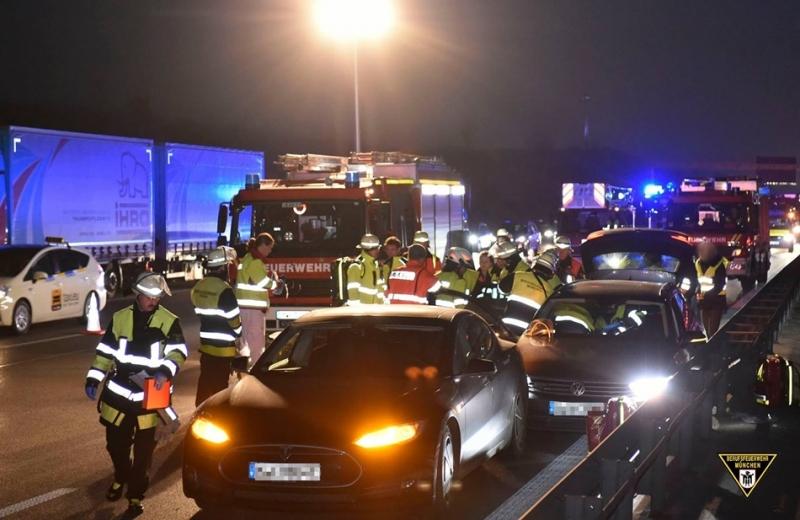 德國Tesla車主機警擋車,搶救前方昏厥駕駛!Tesla:「這位車主修車免錢!」